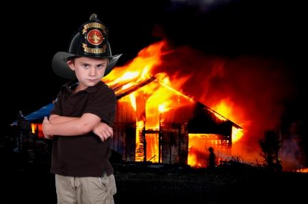 Jongetje doet alsof hij een brandweerman te zijn