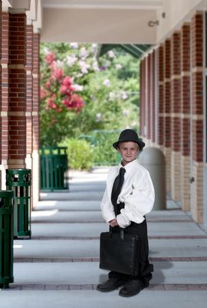 przewymiarowany: Mały chłopiec ubrany w garnitur ubrania ponadgabarytowych Zdjęcie Seryjne