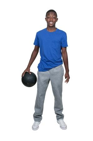 Knappe jonge zwarte Afrikaanse Amerikaanse tiener man spelen basketbal Stockfoto