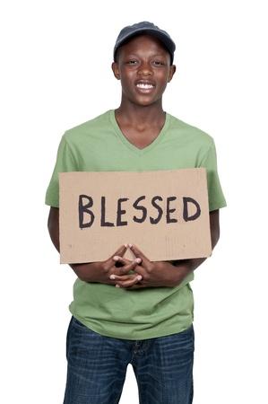 祝福されたというサインを持ってハンサムな若い男