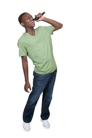 personas cantando: Joven adolescente negro africano americano cantante chico actuaba en un concierto Foto de archivo