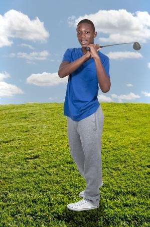 teen golf: Apuesto joven adolescente negro golfista afroamericano