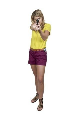 femme policier: Une femme belle d�tective de la police sur le tas avec une arme � feu Banque d'images