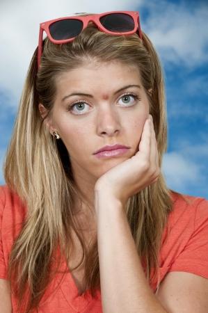 pus: Bella giovane donna con un breakout di acne Archivio Fotografico