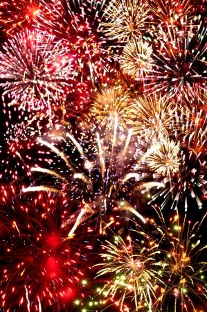 Vuurwerk exploderen in het donker van de avond hemel
