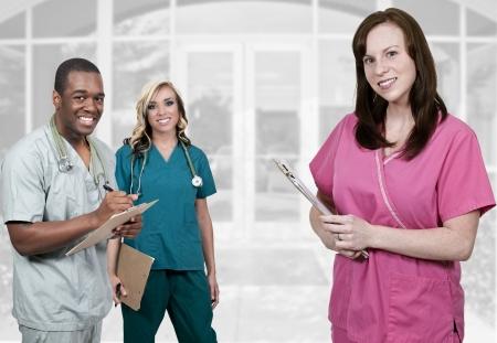 personal medico: Los profesionales m�dicos de pie delante de una oficina u hospital Foto de archivo