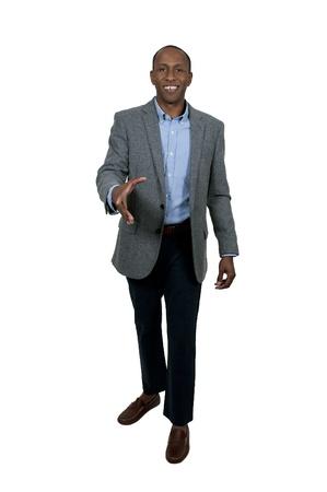 Knappe Afrikaanse Amerikaanse zakenman handen schudden