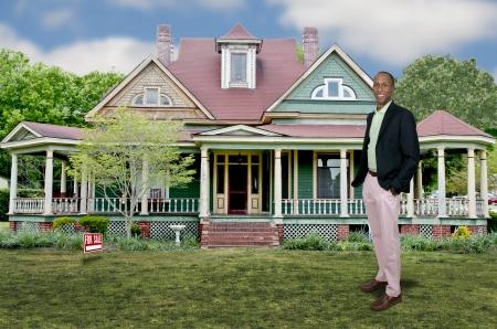 Knappe Afrikaanse Amerikaanse volwassen man makelaar de verkoop van een huis Stockfoto