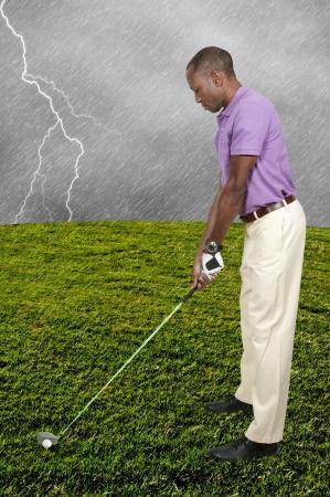 ハンサムな男のゴルフとして知られているスポーツのラウンドをプレー 写真素材