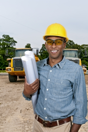 Zwarte African American mannelijke bouwvakker een bouwterrein. Stockfoto