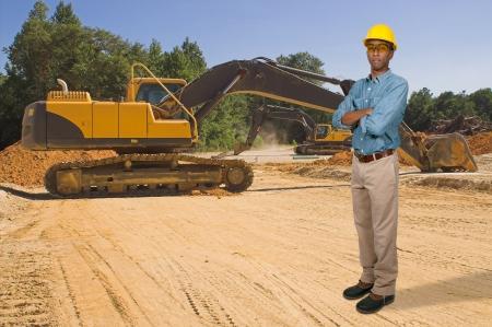 the job site: Un nero African American uomo Operaio edile in un cantiere Archivio Fotografico