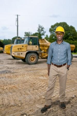 Een zwarte man African American bouwvakker op een bouwterrein. Stockfoto