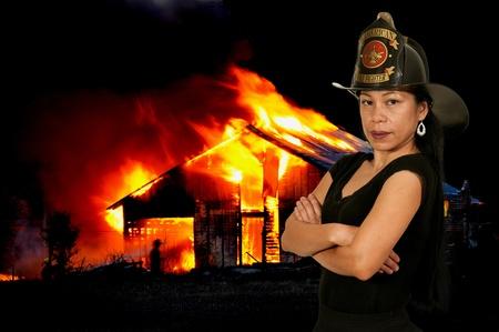 Mooie jonge vrouw brandweerman bij een brand Stockfoto