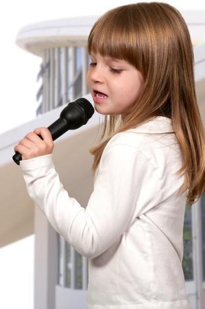 Mooi meisje zanger uitvoeren tijdens een concert