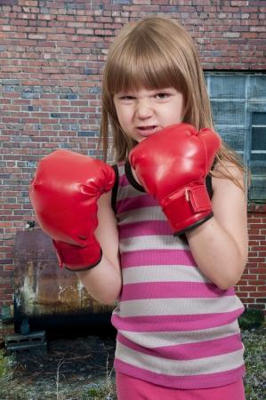 Mooi jong meisje dragen van een paar bokshandschoenen Stockfoto