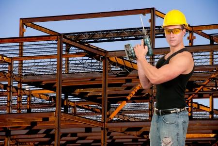 Mannelijke bouwvakker op een bouwplaats Stockfoto
