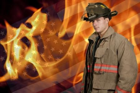 Jonge aantrekkelijke mannelijke Amerikaanse man brandweerman klaar voor het werk Stockfoto