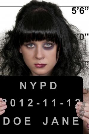Mugshot van een mooie jonge vrouw crimineel