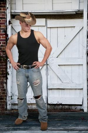 cappello cowboy: Handsome giovane ragazzo uomo di campagna che indossa un cappello da cowboy alla moda