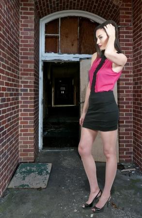mini skirt: Joven y bella mujer sexy con un vestido mini falda Foto de archivo