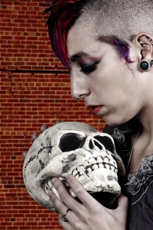 tattoed: Hermosa joven de la roca del punk estilo de vida alternativo mujer