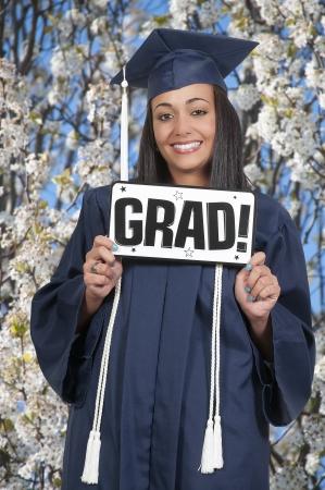 graduacion de universidad: Joven negro mujer afroamericana en sus trajes de graduaci?n