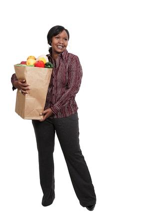 茶色の紙のショッピング バッグを持つ美しい若い女性 写真素材