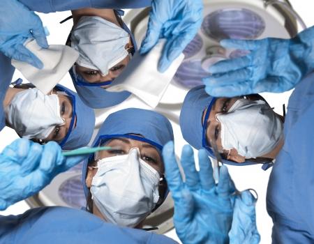 수술을 수행하는 아름 다운 젊은 여성 외과