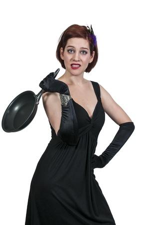 disdain: Hermosa mujer con una sart?n que no quieren cocinar