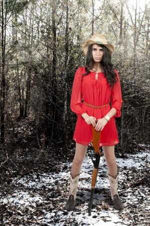 country girl: Belle jeune fille femme portant un pays de cow-boy �l�gant chapeau tournage d'un fusil