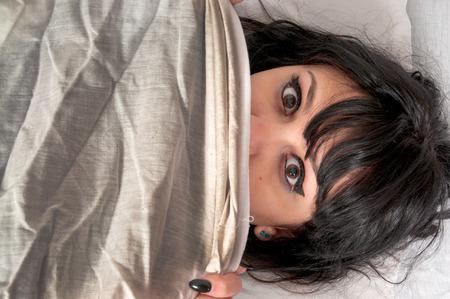 Mujer que despierta de una pesadilla o de la noche terror