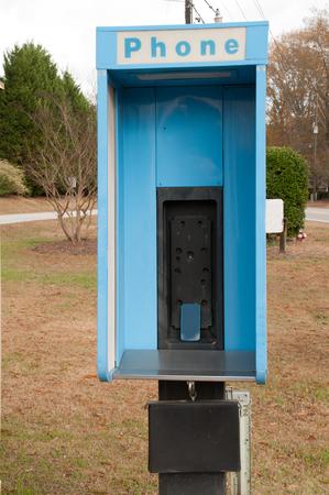 cabina telefonica: Cabina de tel�fono antiguo con un tel�fono celular