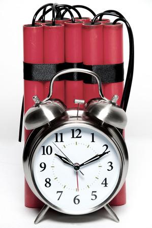 時限爆弾に昔ながらの目覚まし時計とダイナマイトの棒 写真素材