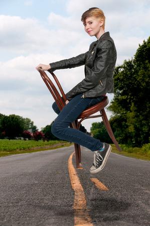 femme assise: Femme assise dans une canne retour chaise Banque d'images