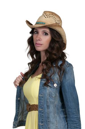 country girl: Belle femme jeune pays de jeune fille portant un chapeau de cow-boy �l�gant