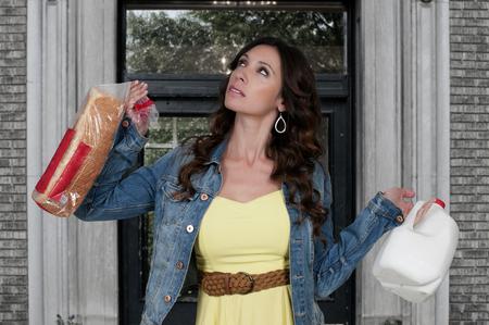 estereotipo: Mujer que sostiene el pan y la leche se prepara para la nieve