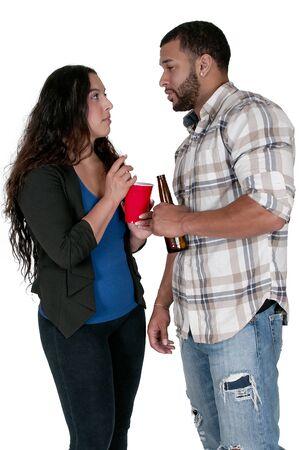 bebidas alcoh�licas: Hombre y una mujer bebiendo bebidas alcoh�licas Foto de archivo