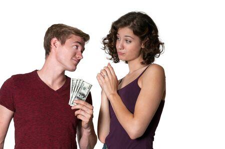 cash money: Mujer joven que pide a un hombre por algunas dinero en efectivo