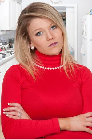 hot temper: Hermosa mujer joven que está loco vapor