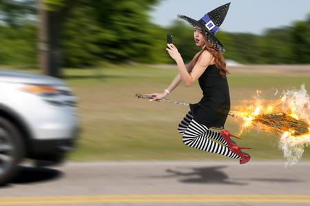 escoba: Mujer hermosa bruja traviesa con los zapatos de rubí