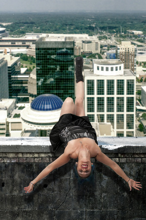 cabeza abajo: Hermosa mujer de equilibrio o flotando boca abajo