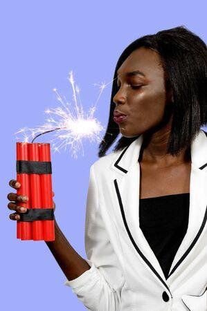 dinamita: Mujer joven que sostiene varios cartuchos de dinamita