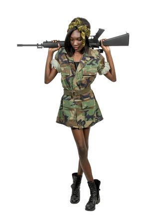 militaire sexy: Belle jeune femme soldat avec un fusil d'assaut