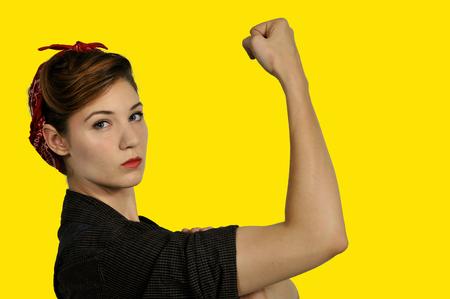 Belle femme habillée en l'emblématique Rosie le rivoir Banque d'images