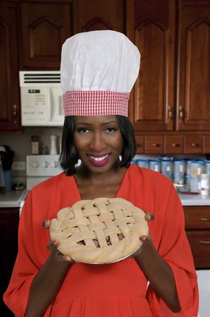 Schöne Frau mit einem frisch gebackenen Kuchen Standard-Bild - 63753617