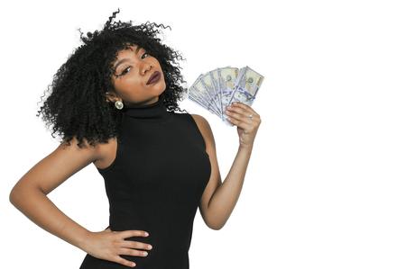 Mooie vrouw die een hand vol van 100 dollarbiljetten