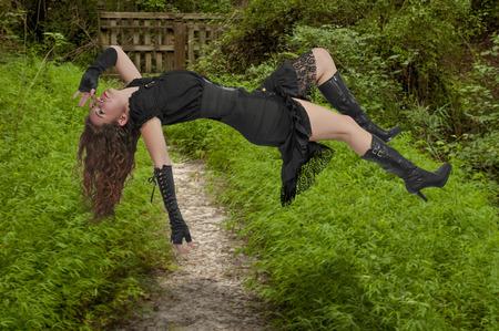 gravedad: Hermosa mujer joven que flota en el aire