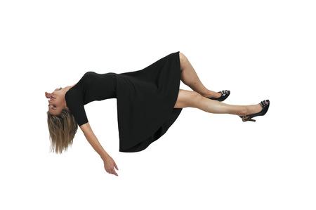 Hermosa mujer joven que flota en el aire