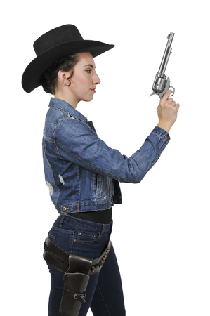 rodeo americano: Beautiful young country girl woman wearing a stylish cowboy hat and revolver