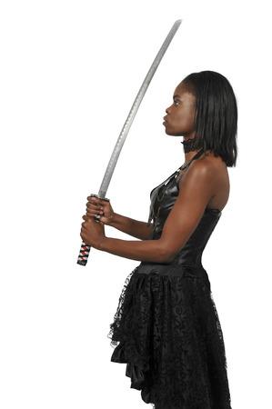 Jonge vrouw met een samurai bushido katana zwaard
